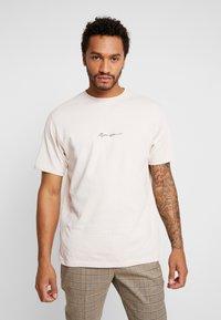Mennace - ESSENTIAL SIG - Basic T-shirt - beige - 0