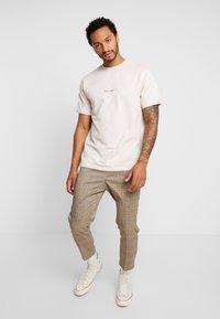 Mennace - ESSENTIAL SIG - Basic T-shirt - beige - 1