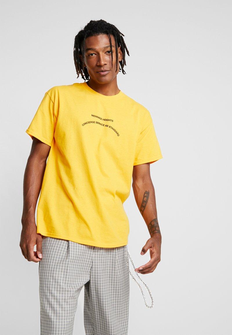 Mennace - CONCIERGE STANDARD FRONT - T-Shirt print - ocre
