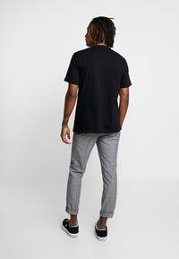 Mennace - 2 PACK - T-shirt med print - black/white - 2