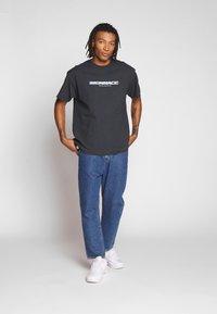 Mennace - FADE - T-shirt con stampa - black - 1