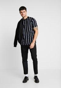Mennace - STRIPE - T-shirt med print - black - 1