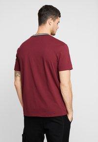 Mennace - RINGER  - Camiseta básica - burg - 2