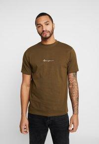 Mennace - ESSENTIAL SIGNATURE  - T-shirt basic - khaki - 0