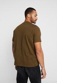 Mennace - ESSENTIAL SIGNATURE  - T-shirt basic - khaki - 2