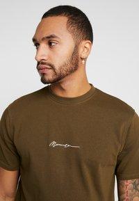 Mennace - ESSENTIAL SIGNATURE  - T-shirt basic - khaki - 3
