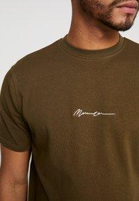 Mennace - ESSENTIAL SIGNATURE  - T-shirt basic - khaki - 5