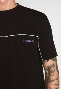 Mennace - CURVED PIPING - T-shirt con stampa - black - 3