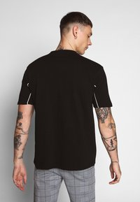 Mennace - CURVED PIPING - T-shirt con stampa - black - 2