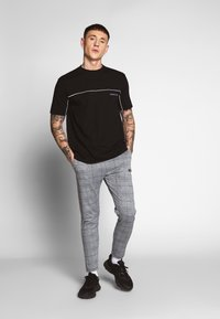 Mennace - CURVED PIPING - T-shirt con stampa - black - 1