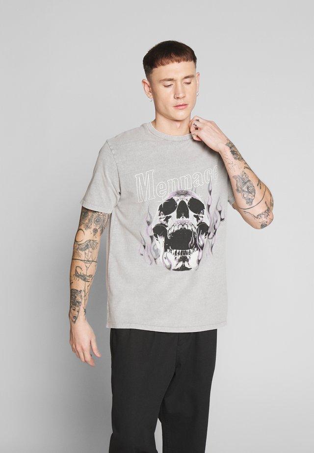 SKULL FLAMES TEE - T-shirt med print - grey