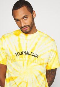 Mennace - ENDLESS SUMMER SWIRL TIE DYE TEE - Print T-shirt - yellow - 3