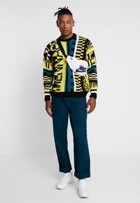 Mennace - ALL OVER DESIGN CREW NECK - Stickad tröja - yellow - 1