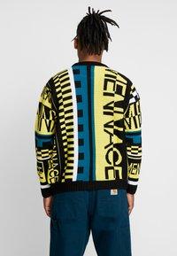 Mennace - ALL OVER DESIGN CREW NECK - Stickad tröja - yellow - 2