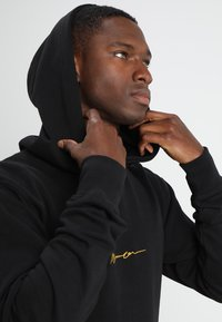 Mennace - ESSENTIAL REGULAR OVERHEAD HOODY WITH SIGNATURE - Hoodie - black - 3