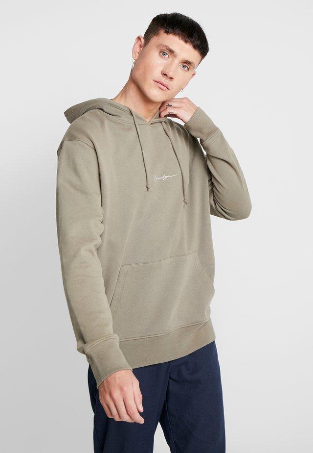 ESSENTIAL HOODIE - Bluza z kapturem - khaki