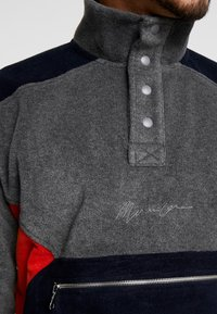 Mennace - CONTRAST PANEL POLAR FUNNEL NECK SWEATSHIRT - Bluza z polaru - charcoal - 5