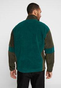 Mennace - TONAL PANEL POLAR FUNNEL NECK  - Fleece trui - green - 2