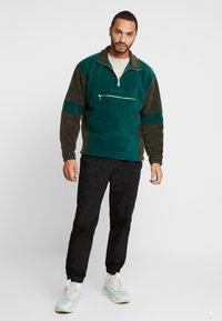 Mennace - TONAL PANEL POLAR FUNNEL NECK  - Fleece trui - green - 1