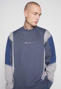 Mennace - UNISEX OVERLOCK PANEL - Sweater - grey - 4