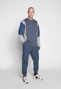 Mennace - UNISEX OVERLOCK PANEL - Sweater - grey - 1