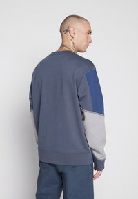 Mennace - UNISEX OVERLOCK PANEL - Sweater - grey - 2