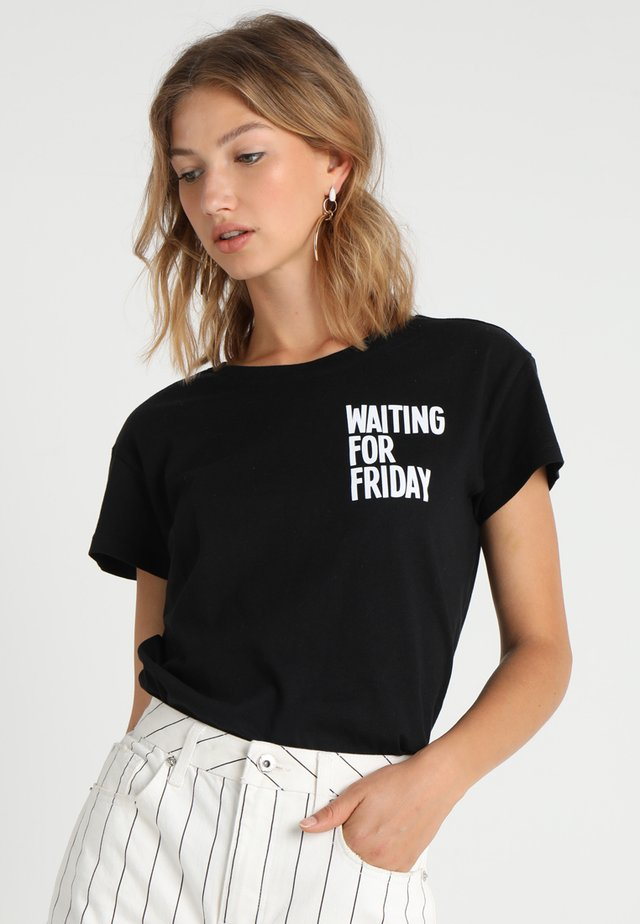 LADIES WAITING FOR FRIDAY BOX TEE - T-shirt z nadrukiem - black