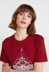 Merchcode - LADIES MOTH TEE - T-shirt imprimé - burgundy - 3