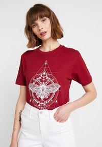 Merchcode - LADIES MOTH TEE - T-shirt imprimé - burgundy - 0
