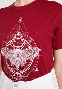 Merchcode - LADIES MOTH TEE - T-shirt imprimé - burgundy - 5
