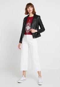 Merchcode - LADIES MOTH TEE - T-shirt imprimé - burgundy - 1
