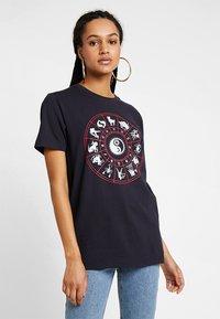 Merchcode - LADIES ZODIAC TEE - T-shirt con stampa - navy - 0