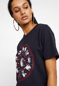 Merchcode - LADIES ZODIAC TEE - T-shirt con stampa - navy - 3