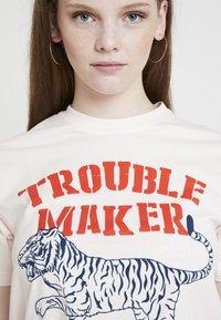 Merchcode - LADIES TROUBLEMAKER TEE - T-Shirt print - rose - 4