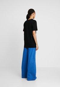 Merchcode - LADIES DONT FOLLOW ME TEE - T-shirt imprimé - black - 2