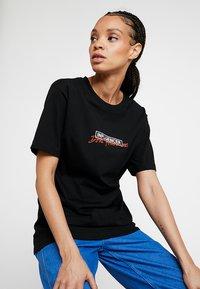 Merchcode - LADIES DONT FOLLOW ME TEE - T-shirt imprimé - black - 3