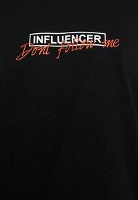 Merchcode - LADIES DONT FOLLOW ME TEE - T-shirt imprimé - black - 6
