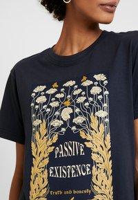 Merchcode - LADIES EXISTANCE TEE - T-shirts print - navy - 5