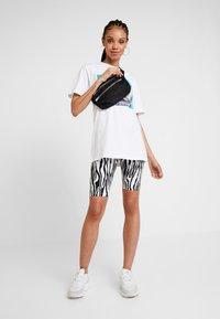 Merchcode - LADIES MAGIC MONDAY TEE - T-shirt z nadrukiem - white - 1