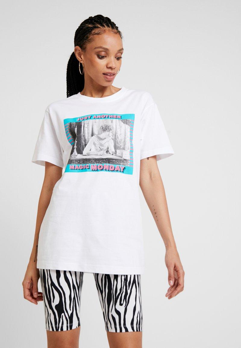 Merchcode - LADIES MAGIC MONDAY TEE - T-shirt z nadrukiem - white