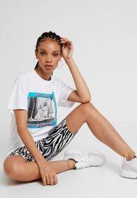 Merchcode - LADIES MAGIC MONDAY TEE - T-shirt z nadrukiem - white - 4