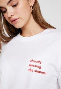 Merchcode - LADIES MISSING SUMMER TEE - T-shirt con stampa - white - 4