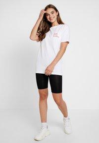 Merchcode - LADIES MISSING SUMMER TEE - T-shirt con stampa - white - 1