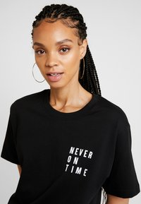 Merchcode - LADIES NEVER ON TIME TEE - Triko s potiskem - black - 3