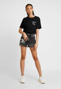 Merchcode - LADIES NEVER ON TIME TEE - Triko s potiskem - black - 1