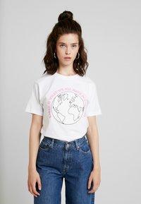 Merchcode - LADIES PLANET EARTH TEE - Triko spotiskem - white - 0