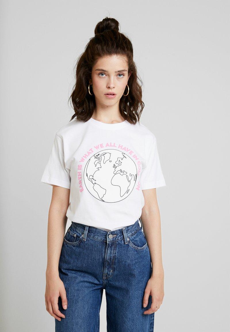 Merchcode - LADIES PLANET EARTH TEE - Triko spotiskem - white