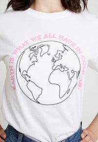 Merchcode - LADIES PLANET EARTH TEE - Triko spotiskem - white - 4