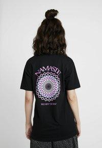 Merchcode - LADIES REUNIFY TEE - T-shirt imprimé - black - 0