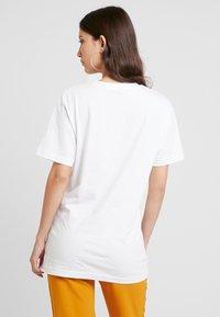 Merchcode - LADIES SOFA CAT TEE - T-shirt con stampa - white - 2